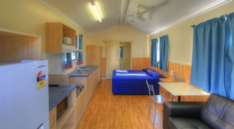 Double cabin accommodation wallace motel and caravan park for Self contained cabin
